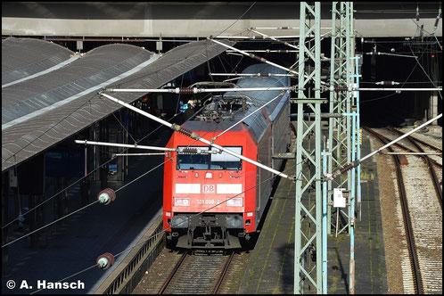 101 098-2 ist am 8. November 2015 mit ihrem IC gerade in Hamburg Hbf. eingefahren