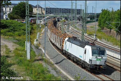 193 814-1 der SETG verlässt am 10. Juli 2015 mit einem Holzzug Chemnitz Hbf.