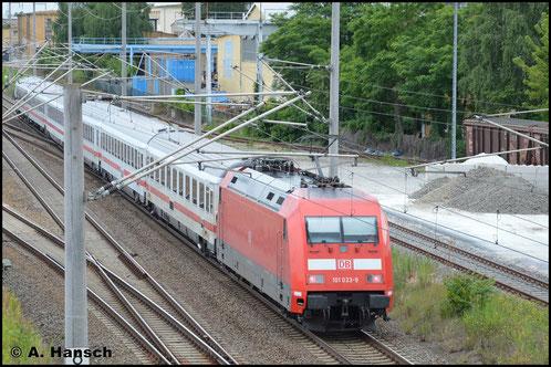 Durch Leipzig-Schönefeld schiebt 101 033-9 am 26. Juni 2017 einen IC