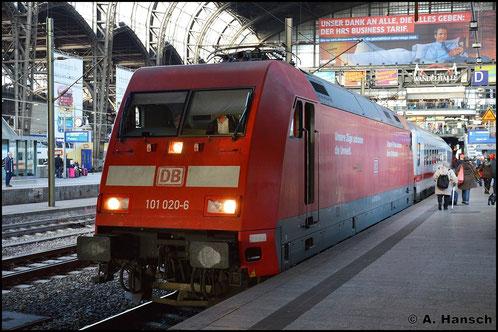 101 020-6 hat sich am 8. November 2015 in Hamburg Hbf. gerade an einen IC gesetzt