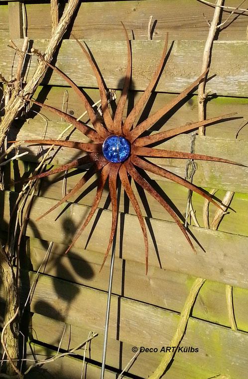 Edelrost-Blüte mit Glaskugel.