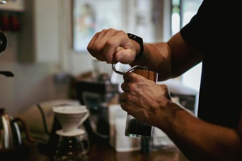 Mahlen des Kaffees mit einer Comandante Handmühle