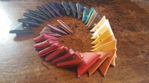 Porte-monnaies en cuir, triangles de 9 cm de côté, 8 euros.