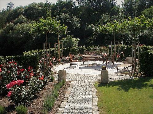 Terrasse unter Platanendach,  Gartengestaltung Regensburg-München