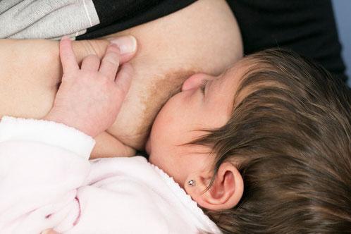 Cuando el mal agarre tiene una causa que no podemos solventar inmediatamente, podemos recurrir a la compresión mamaria para ayudar a nuestro bebé a obtener más leche con menos esfuerzo.