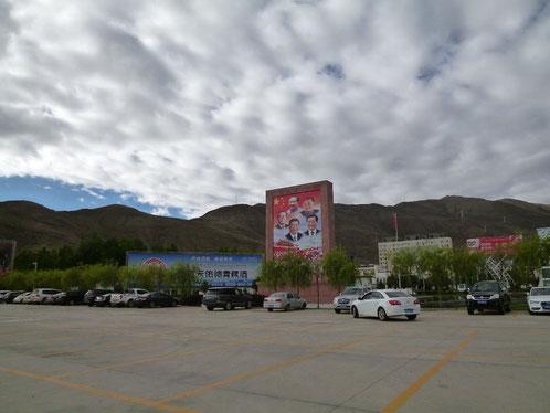 ラサ空港前 駐車場  祝いとは思えない自治区50周年看板