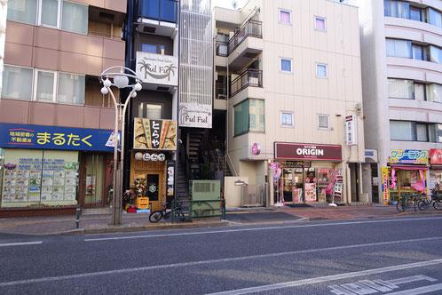 オオゼキ高田馬場店をもう少し先に歩いて、早稲田通りの左側にあるよ(オリジン弁当のお隣だよ)