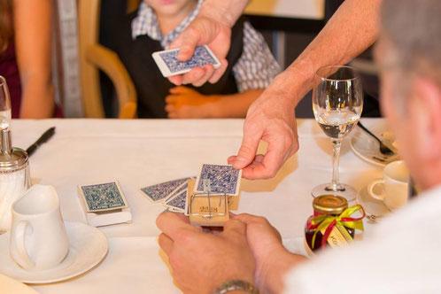 Zauberer am Tisch - Tischzauberer & Zauberin die Symbiose der Close-Up Magie. Table hopping ist eine Kunst direkt unter den Augen an den Tischen ganz nah dran. Die Tischzauberei kann auch im stehend und als Walking Act durchführbar! Close up Zauberer!