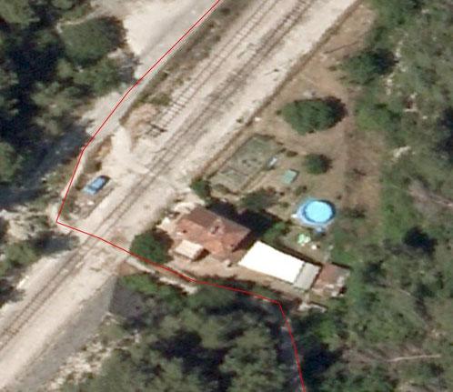 La maison rose devant laquelle on traverse les voies de chemin de fer