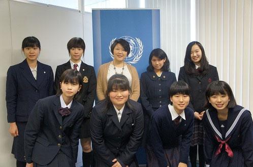 国連大学にて、根本さん(後列中央)と今回一緒に研修に行くメンバー。前列が中学生、後列が高校生。後列右から2人目が上田さん。