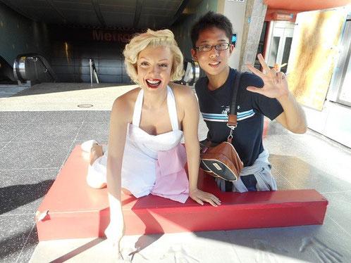 ハリウッドの駅前にあるマリリン・モンロー像
