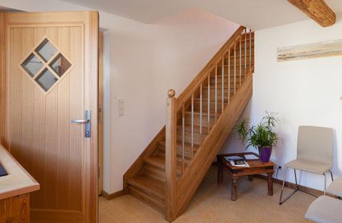Willkommen, treten Sie ein. Falls die Treppe ein Hindernis ist, komme ich Ihnen entgegen.