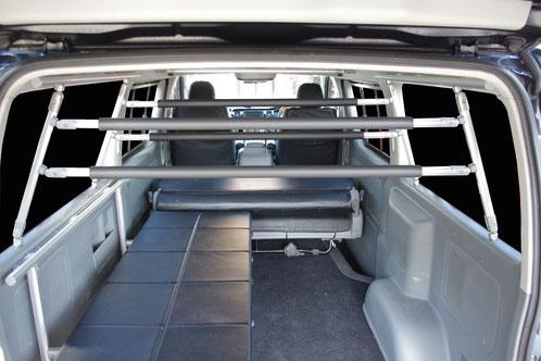 ボードや脚立の積載に最適なハイエース用の車内キャリアラックです。