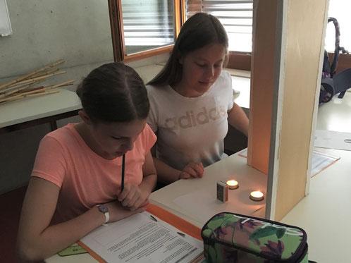 zwei Schülerinnen an der Kanti Beromünster beim Optik-Experiment