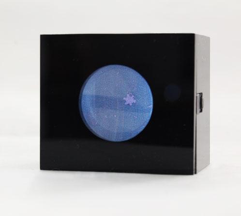 """Far away, so close"", Schneekristall auf Tintenstrahldruck, Acrylglas, Lupengläser, LEDs, 4,6x4,0x3,2 cm, 2018"