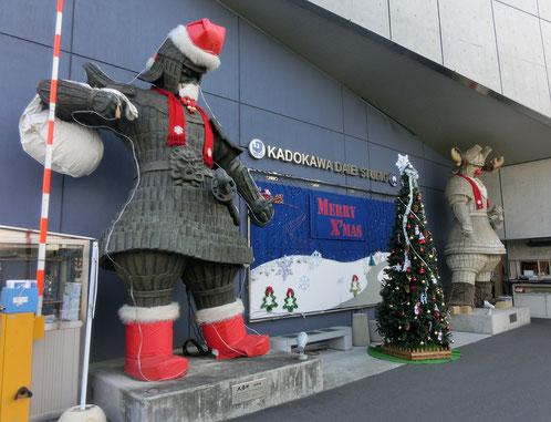 12月18日(2017)大魔神のサンタクロース:調布駅から多摩川に向う途中にある角川大映スタジオ。入口に立つ大魔神がサンタクロースに変身していました。大魔神:1966年に大映(現KADOKAWA)が製作・公開した特撮時代劇に登場する守護神。
