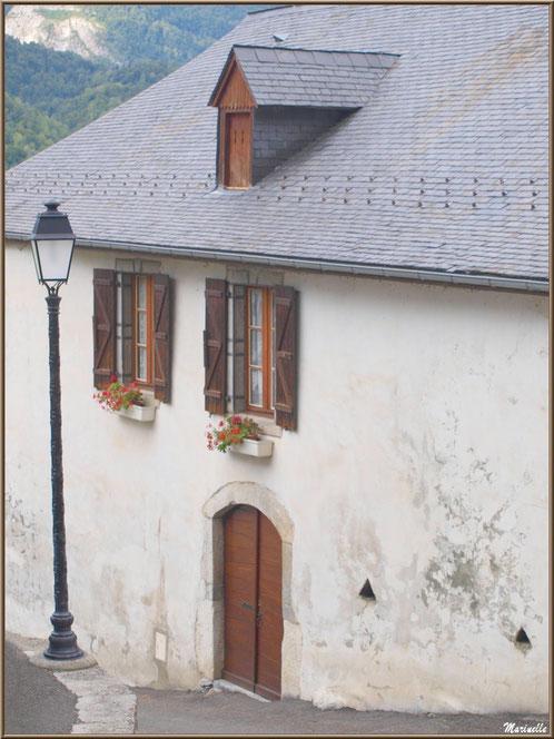 Maison et ruelle au village d'Aas, Vallée d'Ossau (64)