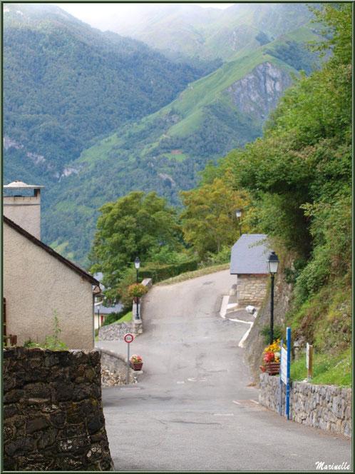 Ruelles avec panorama sur les Pyrénées au village d'Aas, Vallée d'Ossau (64)