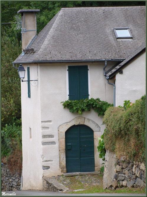 Maison ancienne avec sa façade à la treille dans le village d'Aas, Vallée d'Ossau (64)