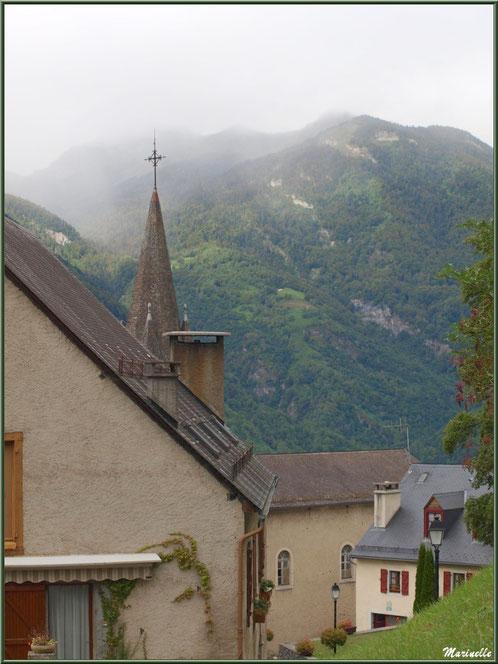 Maisons, clocher de l'église Saint Laurent et panorama sur les Pyrénées, village d'Aas, Vallée d'Ossau (64)
