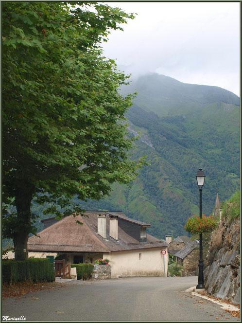 Ruelle et maisons avec panorama sur les Pyrénées au village d'Aas, Vallée d'Ossau (64)