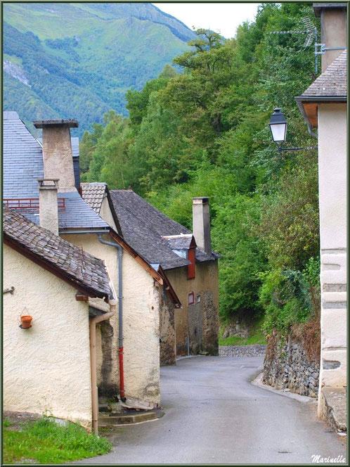 Ruelle et maisons au village d'Aas, Vallée d'Ossau (64)