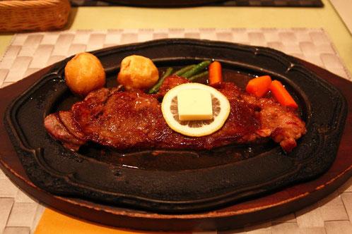 和牛サーロインステーキ 柔らかいお肉もオリジナルソースもおいしい。