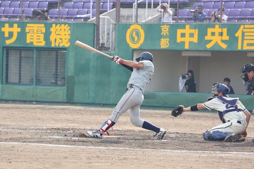 適時二塁打を放つ橋本