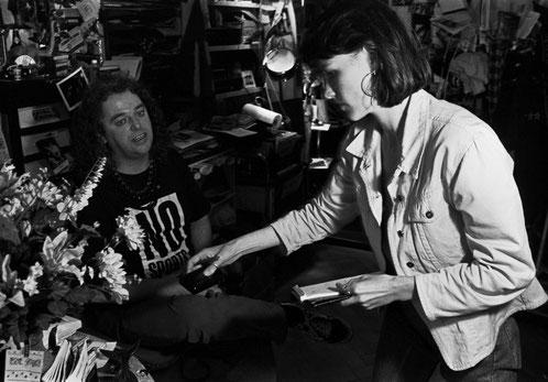 Journalistin trifft Veranstalter: Tina Uhlmann bei Pädu Anliker im Thuner Club Mokka.