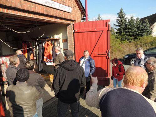 Mitglieder des Bau- und Vergabeausschusses, sowie Kameraden der FFW Klinze und Ortschaftsräte der Gemeinde Siestedt trafen sich zum Ortstermin an der alten Feuerwehrgarage