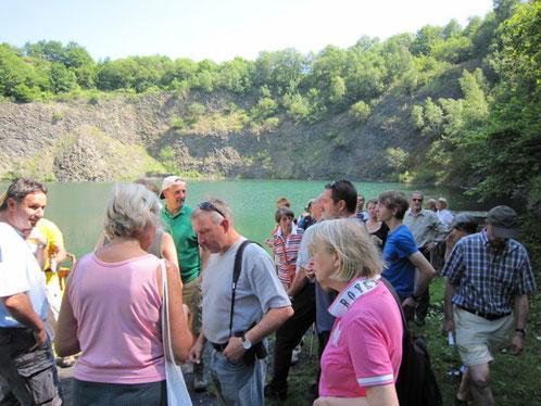 Harry Schweinsberg erklärt die Pflanzenwelt des Steinbruch Eulenberg