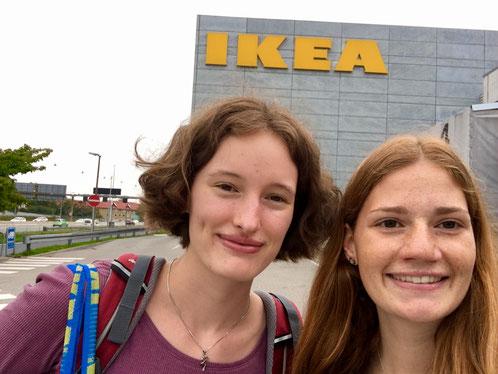 Hedwig und Jule haben bei IKEA eingekauft