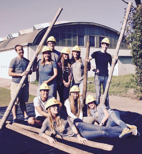 Van links naar rechts: Fré, Jakobien, Bram, Chayenne, Sarah, Lenny, Timothy, Nona, Audrey en Charlotte. De bouwkampers worden bij het organiseren van hun acties geholpen de crew.