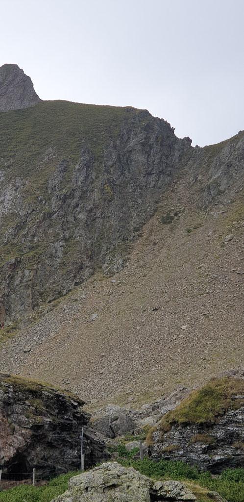 Joli pierrier, passage obligé pour atteindre le sommet (à gauche)