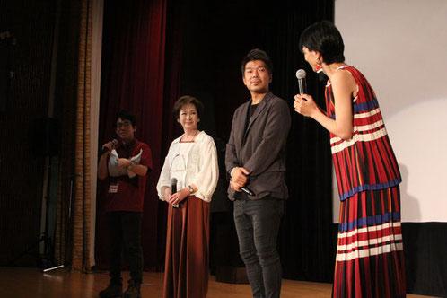 【第8回授賞式の様子】プレゼンターの斎藤八重子さんと横尾監督、遠藤久美子さん