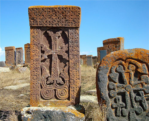 Kreuzsteine am Sewansee (Armenien).