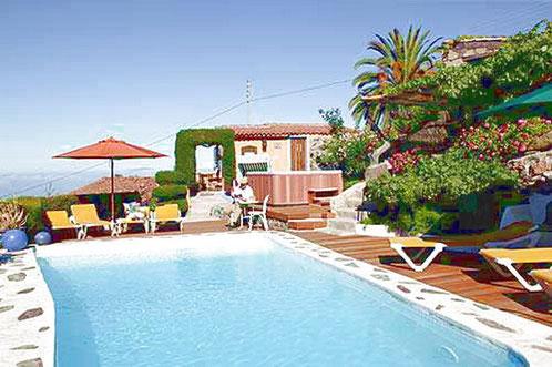 Urlaubsfinca  Finca Palo Alto ist eine 8.000 m² große Finca in Guia de Isora, im Südwesten von Teneriffa, auf der sich 5 freistehende Ferienhäuser befinden.