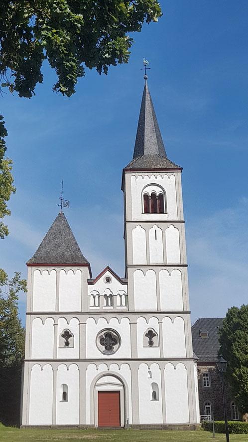 Die Klosterkirche in Merten mit ihren ungleichen Türmen, einer architektonischen Besonderheit