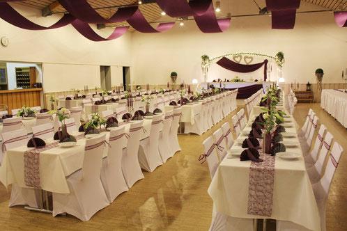 Hochzeitssaal in Kreuztal - unsere Full-Service-Dekoration im stilvollen Aubergine