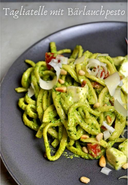 selbstgemachte Tagliatelle mit Pesto aus Bärlauch, Mandeln und Käse