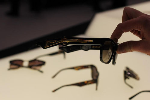 Brille mit Gewehr