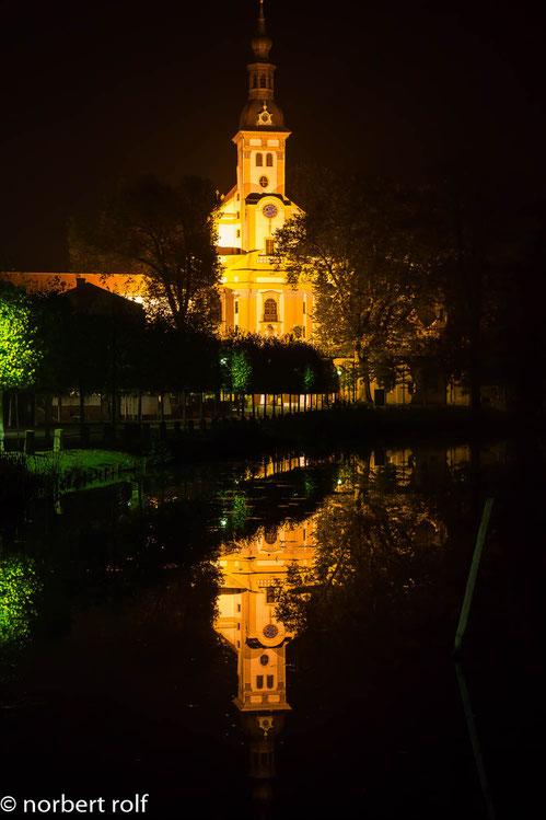 langzeitbelichtung - nächtens vor dem kloster