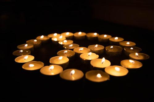 bougies-en-cercle-allumees-dans-le noir