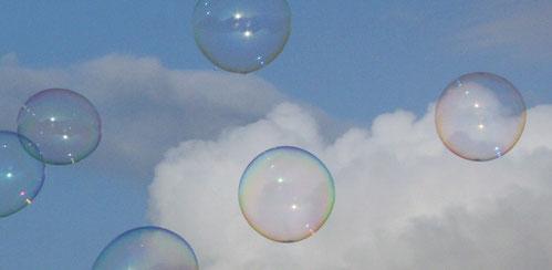 Fantasie & Wirklichkeit Fotografien und Gedichte Kathrin Steiger Seifenblasen bunt blauer Himmel weiße Wolken