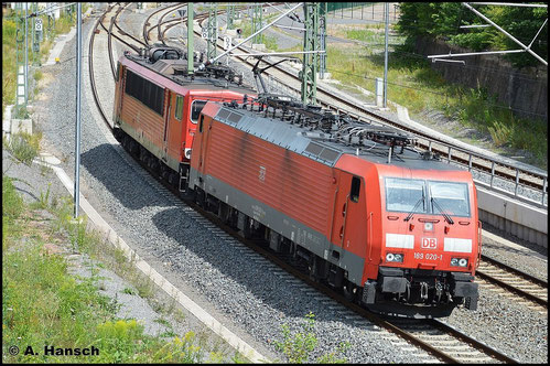 189 020-1 schleppt am 22. Juli 2015 155 147-2 durch Chemnitz Hbf. gen Zwickau