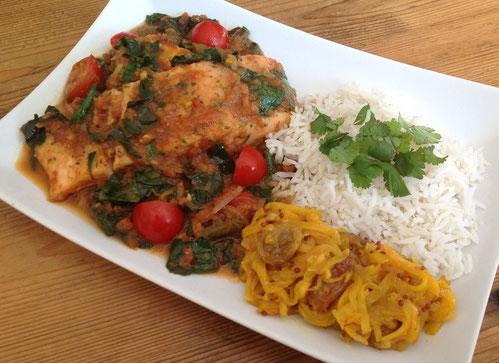 Zalm curry met sperziebonen, spinazie en tomaat. Met mangochutney en rijst.