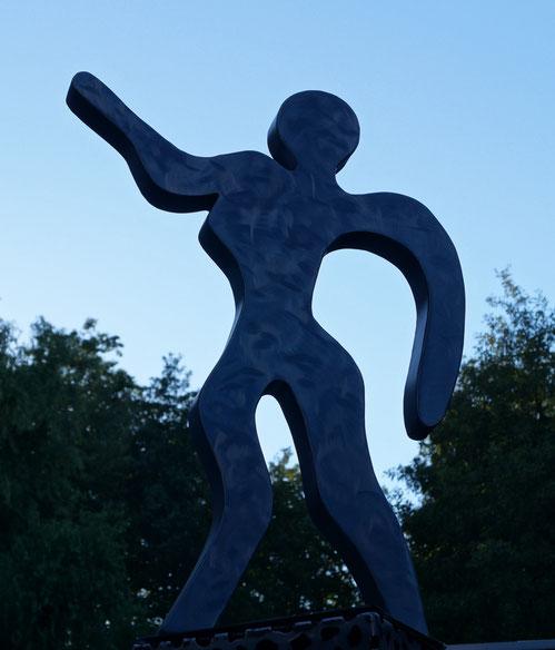 Die zum Himmel schaut,Sculptur aus Stahlblech.