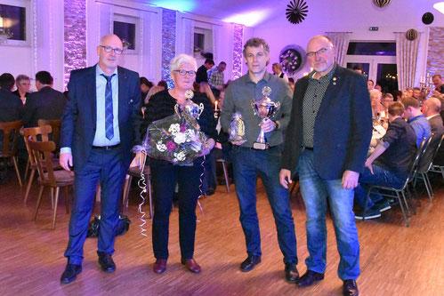 von links: 1. Vorsitzender Benedikt Gerbrand, Sportlerin des Jahres 2017 Angela Strack, Sportler des Jahres 2017 Heinz Schulte & Ehrenpräsident Reinhard Schmeling