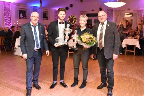 von links: 1. Vorsitzender Benedikt Gerbrand, Sportler des Jahres 2018 Andreas Tammen, Sportlerin des Jahres 2018 Rieke Voskuhl & Ehrenpräsident Reinhard Schmeling