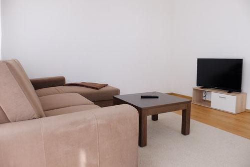 Wohnzimmer mit Couch, WLAN 50 Mbit